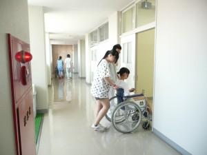 車椅子 こんなちょっとした段差も車椅子の人には大変です
